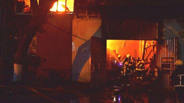 Четверо рятувальників постраждали від пожежі і вибухів на СТО в Одесі