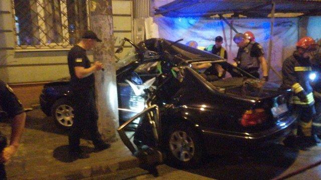 Внаслідок ДТП у центрі Львова автомобіль BMW в'їхав у стовп