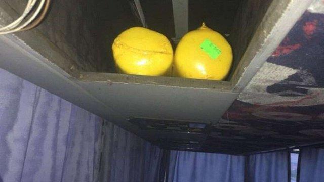 У Раві-Руській митники знайшли 400 кг сиру під обшивкою стелі туристичного автобуса