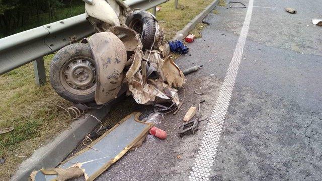 На об'їзній Львова внаслідок лобового зіткнення з бусом ВАЗ розірвало на частини