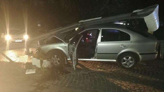 На площі Петрушевича у Львові п'яний водій в'їхав у відбійник