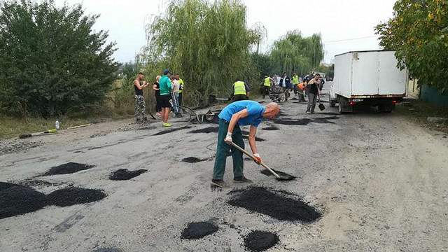Селяни на Івано-Франківщині не дочекалися грошей від влади та самотужки відремонтували дорогу