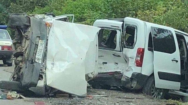 На трасі Львів-Самбір автомобіль врізався в припарковану автівку: постраждали четверо людей