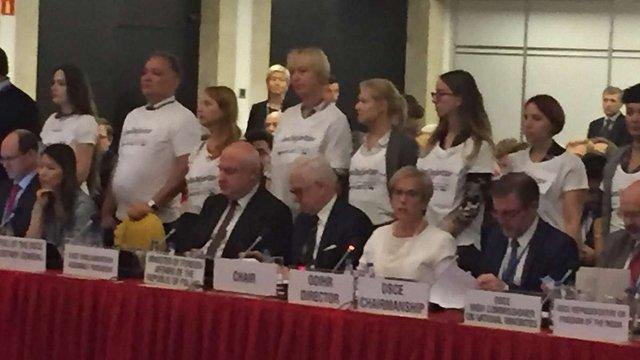 У Варшаві активісти прийшли на засідання ОБСЄ у футболках з написом #SaveOlegSentsov