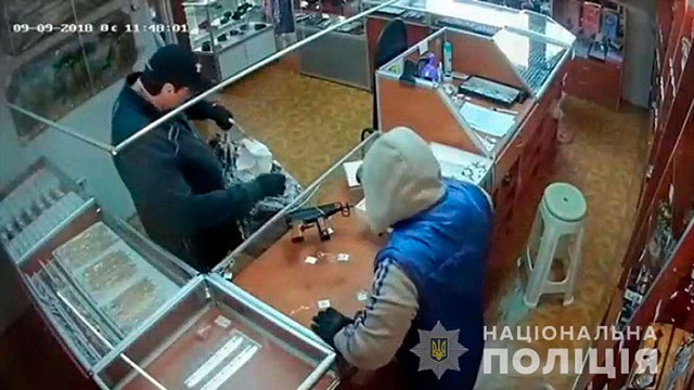 На Буковині озброєні злочинці пограбували ювелірний магазин