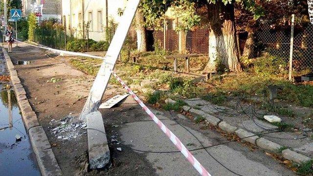 У Львові водій фури збив електроопору та втік із місця ДТП