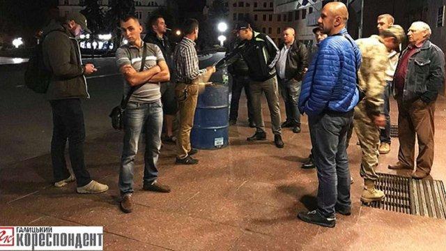 Селяни з Івано-Франківщини другу добу блокують ОДА через гроші на ремонт дороги