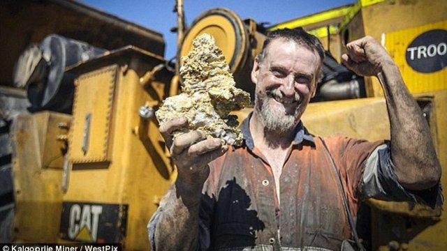 Австралійський шахтар знайшов найбільший у світі золотий самородок