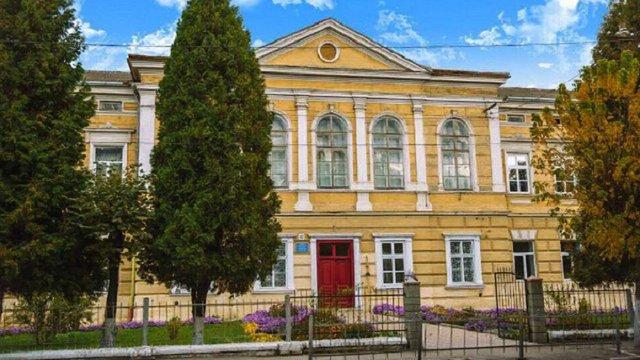Під час чергування у Самбірській гімназії помер охоронець. Напередодні його збив мікроавтобус