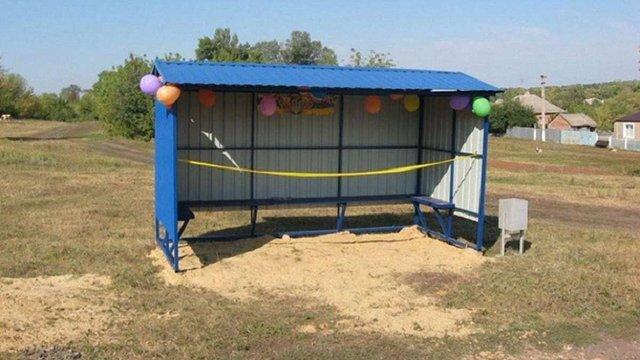 На Харківщині чиновники з короваєм та перерізанням стрічок урочисто відкрили зупинки і смітник