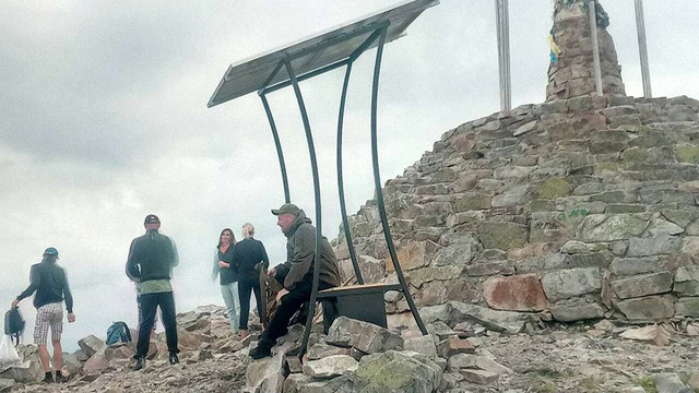 На горі Хом'як у Карпатах встановили сонячні панелі
