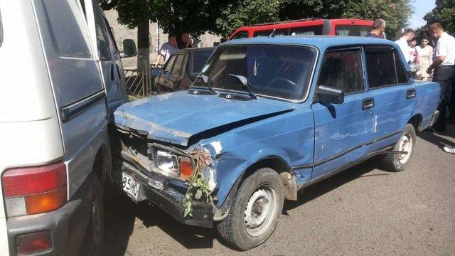 У Чернівцях п'яний водій протаранив дев'ять автівок на краденому легковику