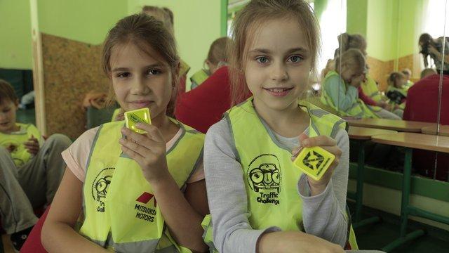 Учням львівської початкової школи роздали світловідбиваючі жилети