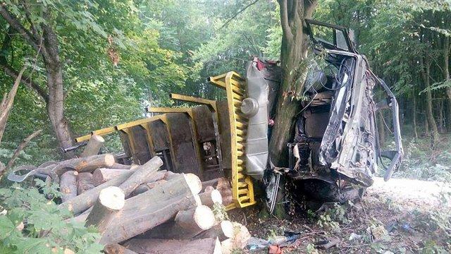 У Буському районі КамАЗ із деревиною впав у кювет, водій отримав політравму