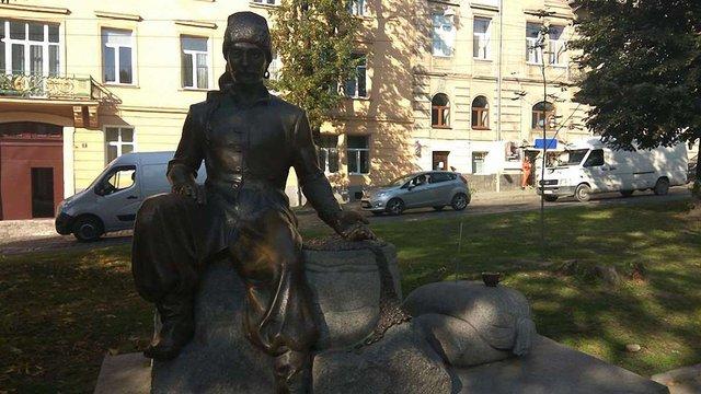 У центрі Львова викрали бронзовий кавник з пам'ятника Юрію Кульчицькому