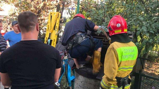 Львівські рятувальники витягли чоловіка з 12-метрового колодязя