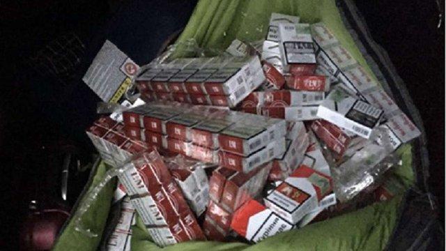 Українець намагався провезти майже тисячу пачок сигарет через кордон у спальному мішку