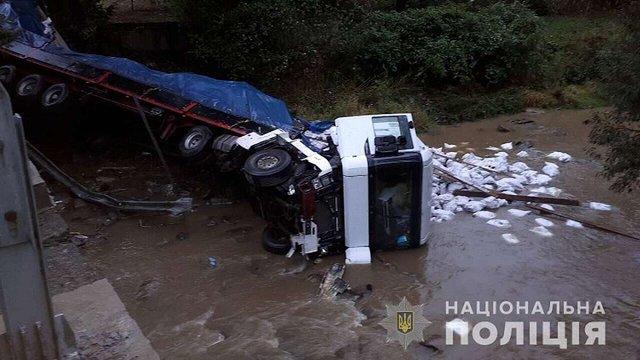 На Закарпатті вантажівка впала з моста у річку, загинув водій