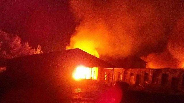 Під час масштабної пожежі на підприємстві з виробництва надгробків у Рудно згоріли три авто