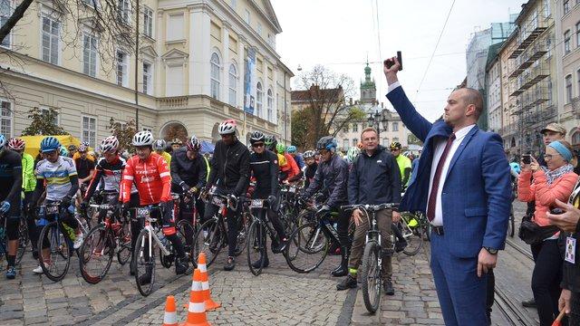 Понад 440 велосипедистів відкрили у центрі міста першу осінню «Львівську сотку»