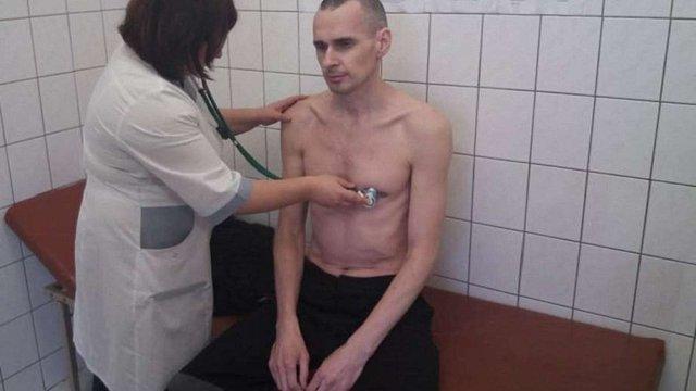 Російські тюремники показали фото Олега Сенцова з лікарні