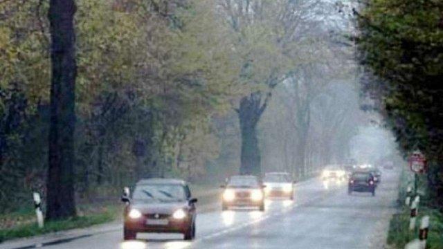 Від сьогодні водії повинні вмикати ближнє світло на заміських дорогах навіть вдень