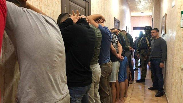 В одеському готелі поліція затримала 25 озброєних чоловіків