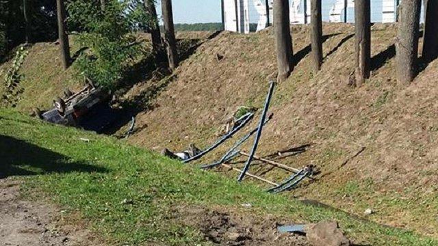 Біля Львова автомобіль збив двох жінок на зупинці громадського транспорту і з'їхав у кювет