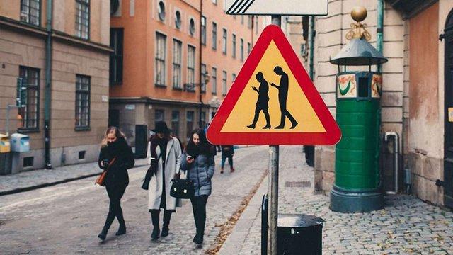 Порошенка закликали заборонити користуватися мобільними телефонами на пішохідних переходах