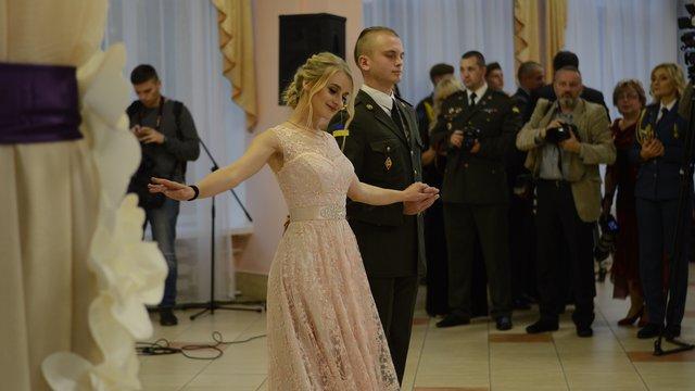 Під час балу у Львові майже півсотні військових танцювали вальс