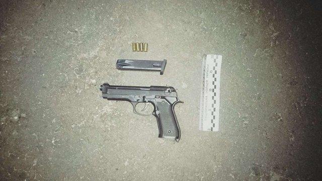 Під час конфлікту у центрі Львова поліція вилучила у чоловіка пістолет