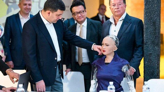 Прем'єр-міністр Володимир Гройсман зустрівся із роботом Софією