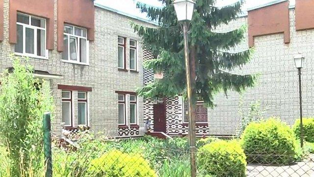 Батьки вихованців ДНЗ «Дивосвіт» виламали двері у сусідньому дитсадку
