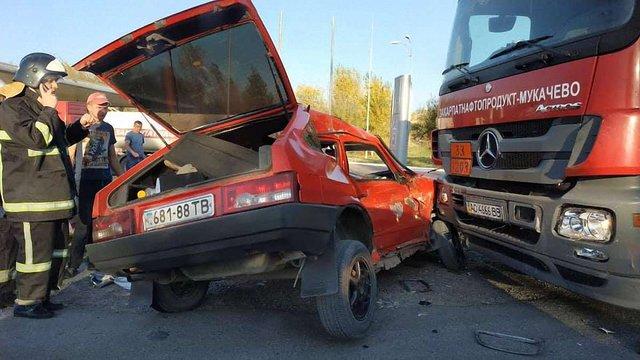 У ДТП за участі легковика та вантажівки травмувалися троє людей, серед яких 15-річна дівчинка