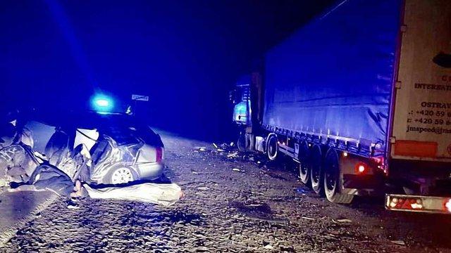 На Львівщині двоє молодих хлопців загинули після зіткнення із припаркованою вантажівкою
