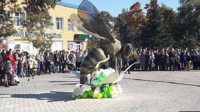 На Волині відкрили найбільший в Україні пам'ятник бджолі