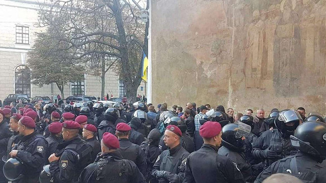 Біля Києво-Печерської лаври поліція затримала чоловіків спортивної зовнішності