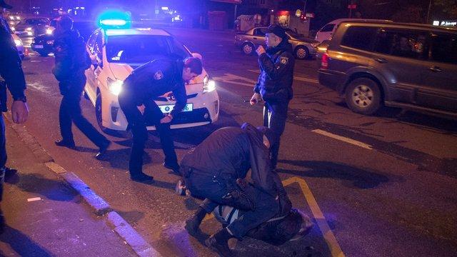 В Києві п'яна компанія пограбувала постраждалий у ДТП автомобіль