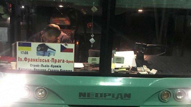 У водія рейсового автобуса у Краковці вилучили 2,8 кг бурштину