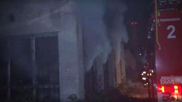 Пожежники зрізали металеві ґрати з вікон, щоб врятувати трьох людей із задимленого приміщення