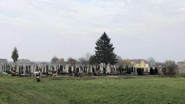 На сільському кладовищі на Жовківщині виявили тіло немовляти