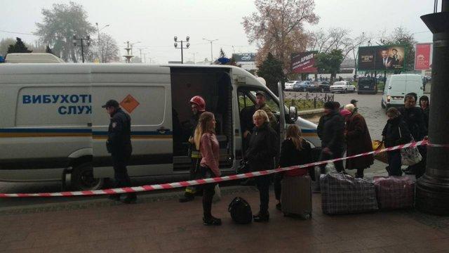 Через ймовірне замінування з львівського вокзалу евакуювали близько 800 осіб
