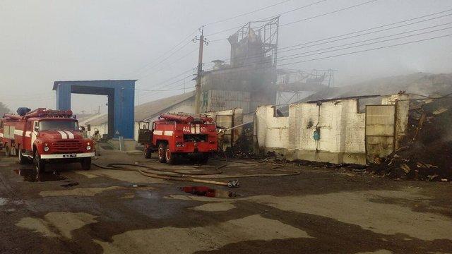 У Харківській області виникла масштабна пожежа на складах з зерном