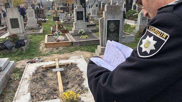 Поліцейські встановили особу жінки, яка залишила тіло немовляти на кладовищі