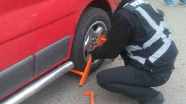Для фіксації порушень паркування стрийські патрульні блокують колеса автівок