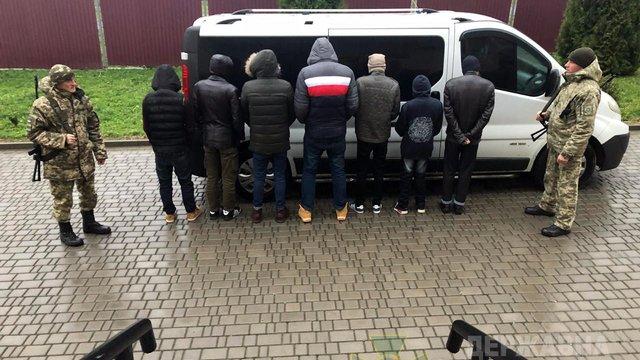 Львівські прикордонники затримали росіянина, який перевозив сімох нелегалів з Бангладеш