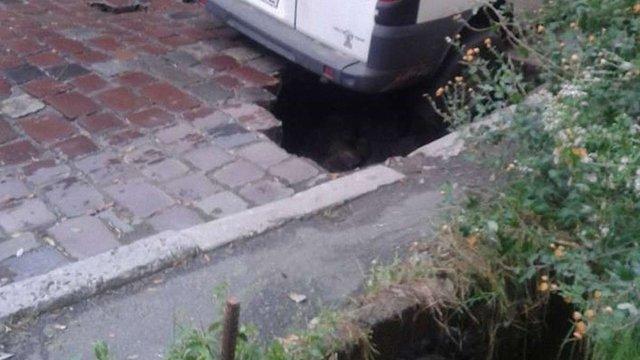 У Львові через прорив водопроводу провалився тротуар і бруківка під бусом