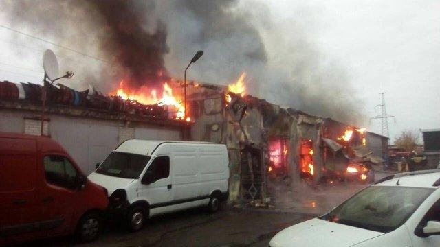 У Києві внаслідок пожежі на СТО згоріли три автомобілі