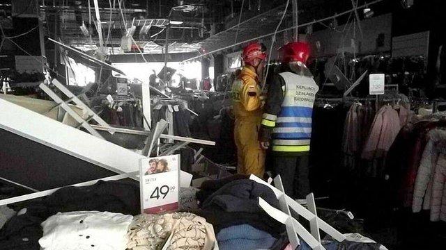 У Ряшеві на відвідувачів торгового центру впала підвісна стеля