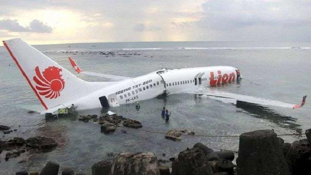 В Індонезії впав у море пасажирський літак з 189 людьми на борту